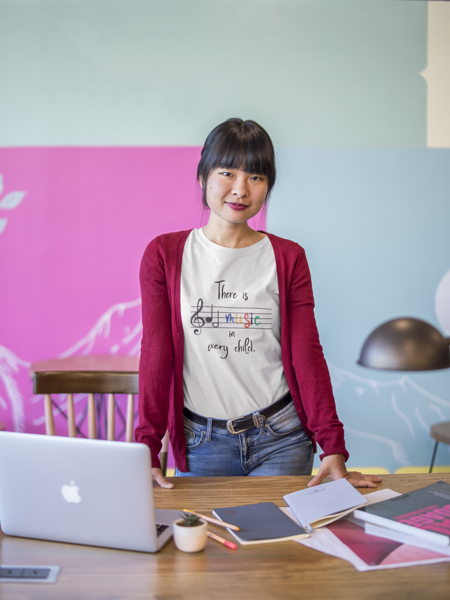 asian-girl-leaning-over-a-desk-wearing-a-t-shirt-mockup-at-the-office-a20432